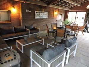 Overdekt terras met loungegedeelte en zitjes
